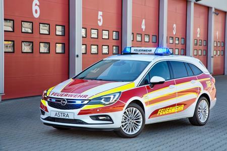 Schnell vor Ort: Der neue Opel Astra Sports Tourer steht auf der RETTmobil 2016 erstmals als Feuerwehr-Kommandowagen