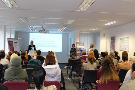 Martina Leyer (Arbeitsagentur) stellt Vor- und Nachteile der Teilzeitausbildung vor