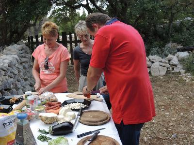 Gemeinsam schneiden die Gäste die Zutaten für die mediterrane Suppe klein.