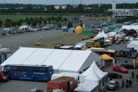 Fällt auf: Der OPC Bus ist die Kommandozentrale hinter dem 800 Quadratmeter großen Opel Zelt. Rund 68.000 Fans kamen hier vorbei