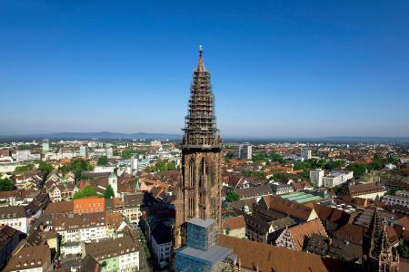 Der Turm des gotischen Münsters in Freiburg ist 116 Meter hoch. 329 Stufen führen zur obersten Plattform. Der Münsterbau war im 16. Jahrhundert beendet