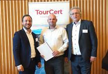 TourCert Geschäftsführer Marco Giraldo (l.) und Dr. Peter Zimmer (r.) mit Sven Wolf, Bundesbeauftragter von ServiceQualität Deutschland (m.)