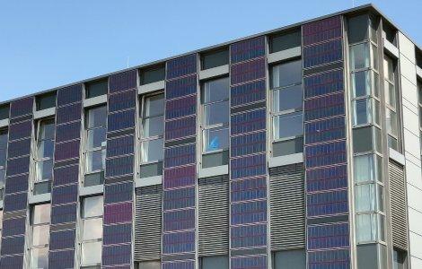 Die Schutz- und Nutzfunktion der vorgehängten hinterlüfteten Fassade kann um die Nutzfunktion der Energieerzeugung per Sonnenkraft erweitert werden.