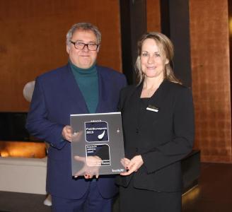 Roland Fricke, Geschäftsführer beauty24, mit Ines Kretzschmar, Veranstaltungsleiterin im Hotel Elbresidenz an der Therme Bad Schandau, bei der Übergabe des Wellness-Award 2019 | Foto: © beauty24
