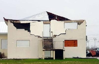 Zerstörung an Fassade und Dach der Freeport Adventist Church in Freeport, Grand Bahama