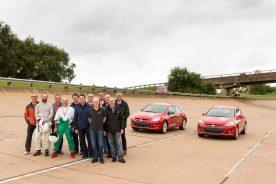 Siegerlächeln: Gruppenportrait mit Journalisten und Opel-Team vor den Rekord-Astra