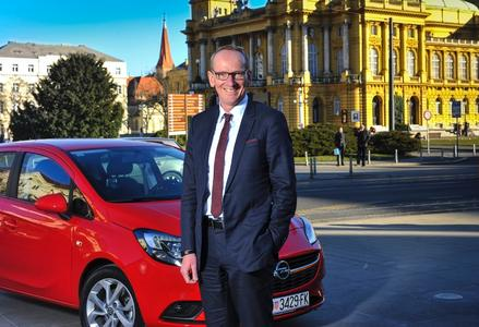 Zu Besuch in Zagreb: Opel-Chef Dr. Karl-Thomas Neumann und der neue, preisgekrönte Corsa vor dem kroatischen National-Theater © GM Company