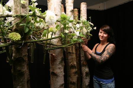 Arbeit am Objekt: Sonja Gehring aus Braunschweig an einem ihrer vier Abschlussarbeiten für die Floristmeisterprüfung. Vom 1. bis 3. Juli sind die insgesamt 40 floralen Werke in der Justus-von-Liebig-Schule zu bewundern