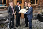 Blicken optimistisch in die Zukunft: Reichshofs Bürgermeister Rüdiger Gennies sowie Herbert Doll, Nicole Appel und Detlef Schöne von monte mare