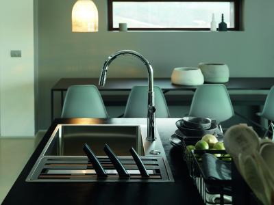 Im Nacht-Modus, also wenn keine Küchenarbeiten an der Spüle stattfinden, ist das Zubehör ordentlich im kleineren Becken verstaut und nur die Mess-ergriffe sind noch sichtbar.