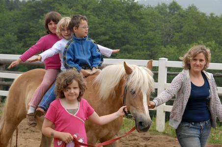 Entspannte und glückliche Gesichter – auf dem Rücken der Pferde vergessen die Kinder ihren anstrengenden Klinikaufenthalt