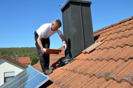 Beim DachCheck werden auch gelockerte Elemente, Einfassungen und Solarmodule unter die Lupe genommen.