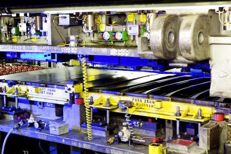 Neue Werkzeuge für das Flaggschiff: Im Presswerk wurden rund hundert neue Werkzeugsätze für die Produktion des Opel Insignia in Betrieb genommen