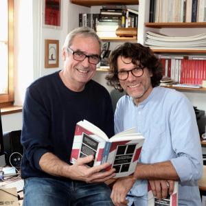 Tommie Goerz und Walther Appelt sind sichtlich stolz auf das neue Buch (Foto: Jocki_Erlangen)