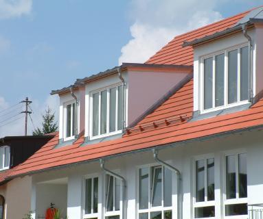 Dachdecker in der Planungsphase einbinden: Mit Gauben wird aus dem Dach-Speicher eine lichtdurchflutete Wohnung.