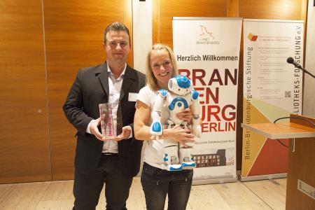 Wildaus stellvertretender Bürgermeister, Marc Anders, und Janine Breßler vom RoboticLab der TH Wildau freuen sich über die Auszeichnung , Fotograf / Quelle:TH Wildau / Henning Wiechers