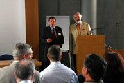 Das Bild zeigt den Regierungspräsidenten Dr. Paul Beinhofer (rechts) und den Leiter des Gewerbeaufsichtsamtes der Regierung von Unterfranken, Leitenden Gewerbedirektor Dr. Günther Gaag (links) bei der Begrüßung der Teilnehmer
