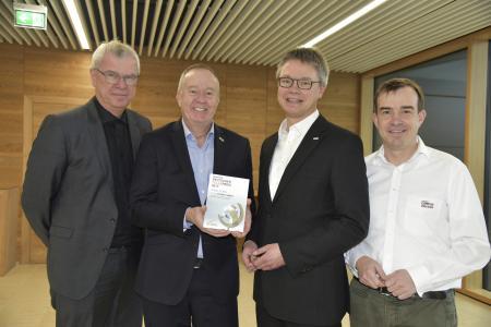 Architekt Günter Schleiff überreichte Urkunde und Plakette der Auszeichnung für den Energy Campus an die Stiebel-Eltron-Geschäftsführer Dr. Nicholas Matten und Dr. Kai Schiefelbein sowie den Leiter Energy Campus, Frank Röder (von links)