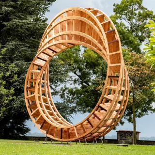 7,5 Meter hohe Skulptur im Luitpoldpark am Ufer des Bodensees in Lindau; ein hölzerner Ring in Form eines Mobiusbandes