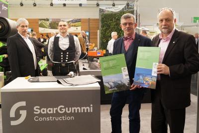 Dr. Burkhart Lehmann überreicht drei neue EPDs an Udo Wagner und Joachim Gussner von FDT
