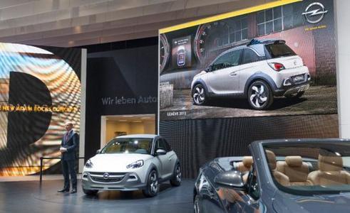 Dr. Karl-Thomas Neumann, seit 1. März Vorstandsvorsitzender der Adam Opel AG, präsentiert auf dem Opel-Stand in Genf die urbane Crossover-Studie ADAM ROCKS