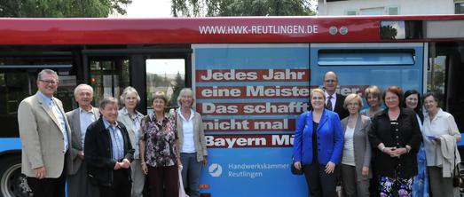 Die Mitglieder der Frauen Union Kreisverband Reutlingen und des Arbeitskreises Bildung des CDU-Kreisverbandes Reutlingen gemeinsam mit dem CDU-Bundestagskandidaten für Reutlingen, Michael Donth (links), und Hauptgeschäftsführer Dr. Joachim Eisert (6. von rechts) vor dem Imagekampagnenbus der Handwerkskammer