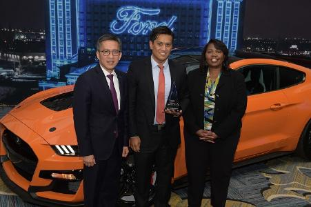 V.l.: Hau Thai-Tang, Chief Product Development and Purchasing Officer Ford, Ernest Bedia Vice President - Original Equipment North America Pirelli, und Linda Cash, Vice President, Quality and New Model Programs Ford