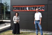 Mit entsprechendem Abstand und im Freien kann auf die Maske verzichtet werden: Niedersachsens Gesundheitsministerin Dr. Carola Reimann mit STIEBEL ELTRON-Geschäftsführer Dr. Kai Schiefelbein
