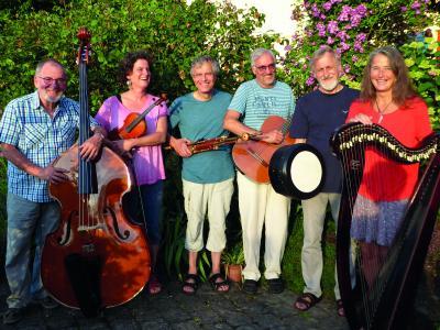 "V.l.n.r.: Karl Bickel (Kontrabass), Ulrike Köhler (Violine, Gesang), Hans Weert Klopp (Flöten, Uilleann Pipes), Bernd Miller (Gitarre), Willi Kempf (Akkordeon, Gesang, Bodhran) und Martina Käfer (keltische Harfe) bilden gemeinsam die Gruppe ""Carolezmer"""