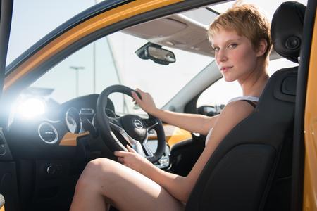 """Jung, frech, stylish: """"Germany's next Topmodel""""-Kandidatin Kim und der Opel ADAM machen eine Top-Figur (Foto: © ProSieben / Ram Gibson)"""