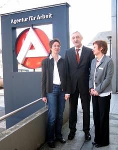 Lob von höchster Stelle: Heinrich Alt (Vorstandsmitglied der Bundesagentur für Arbeit) gratulierte Isolde Wagner (rechts) und Eva Wroblewski zur Qualifikation als Fallmanagerinnen.