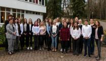 Die Schüler*innen der Toskana-Schule Bad Sulza mit Lehrerin Nadine Streubel (rechts) und dem Team des Hotels an der Therme Bad Sulza | Foto © Toskanaworld