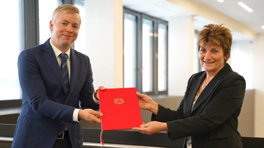 Prof. Dr. Philipp Last mit Kanzlerin Christiane Claus bei der Übergabe der Ernennungsurkunde / Foto: Hochschule Bremen / Thomas Ferstl