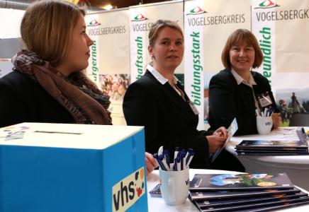 Von rechts nach links: Monika Schenker (vhs-Leiterin), Maria Kesselhut (Bildungsberaterin HESSENCAMPUS), Tatjana Stiller (vhs-Fachbereichsleiterin Beruf, Kultur und pol. Bildung), Foto: Vogelsbergkrei)