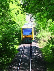 Die Südbahn bringt Einheimische und Besucher zu den schönsten Orten und Events Westmecklenburgs - mitten durch die idyllische Natur.  Foto: K. Hoffmann/ ODEG