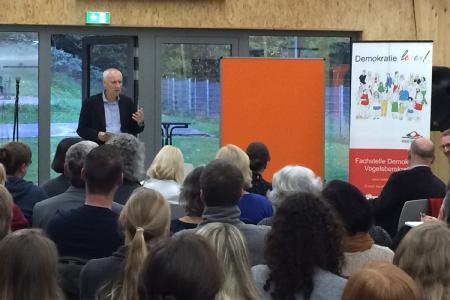 """Professor Hinte (hinten links) lobte vor dem Fachpublikum in Landenhausen: """"Das ist die hohe Schule der sozialräumlich orientierten Jugendhilfe"""". Foto: Jugendamt Vogelsbergkreis"""