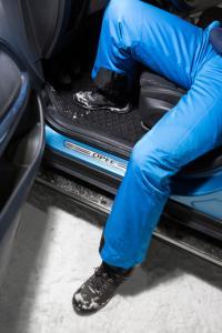 Praktische Eleganz: Die für den Opel Crossland X maßgeschneiderten Aluminium-Trittbretter mit rutschhemmenden Gumminoppen