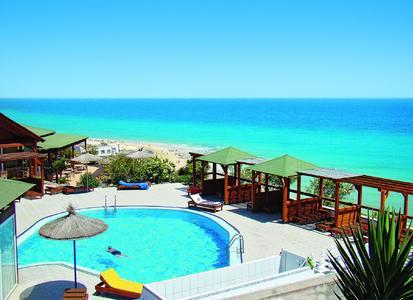 Das Ressort Monte Marina Playa auf Fuerteventura. Hier haben – in einem  abgegrenzten Appartement-Bereich - nur FKK-Gäste Zutritt. Reisende, die das nicht möchten, wohnen räumlich getrennt im Hotel. Weil alles im Prospekt beschrieben ist, gibt es keinen Grund für Reisemängel