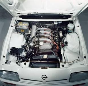 Gebaut um zu gewinnen: Der ab Werk 144 PS starke 2,4-Liter-Vierzylindermotor mit Vierventiltechnik und zwei obenliegenden Nockenwellen kam nur in den sportlichen Sondermodellen Ascona und Manta 400 zum Einsatz.