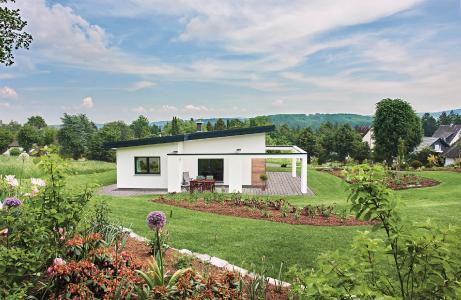 Stilvolle Außengestaltung: Die großzügige Terrasse lädt zu einem Sonnenbad an warmen Tagen ein