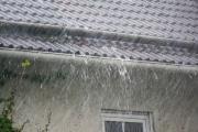 Die Dachrinne zu klein dimensioniert und schon lange nicht mehr gereinigt worden. Schon bei einem kurzen Starkregen ist die Wasserabführung am Ende.