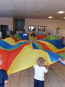 Gemeinsam geht´s besser. Kita-Kids und Senioren bei einer kleinen Geschicklichkeitsübung, um den Geist zu erfrischen und die Muskeln zu kräftigen.