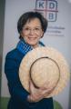Die KDFB-Landesvorsitzende Emilia Müller zieht den Hut vor all den Frauen, die vor 100 Jahren Vorreiterinnen für die parlamentarische Demokratie in Bayern waren: Frauen, die für die Einführung des Frauenwahlrechts gekämpft haben, die sich zur Wahl stellten und auch denen, die ihr Wahlrecht wahrgenommen haben. Bild: KDFB, Angelika Bardehle