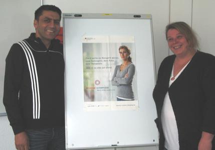 Angelika Ludwig und Taj Gul beim theoretischen Teil ihrer Ausbildung im bfw