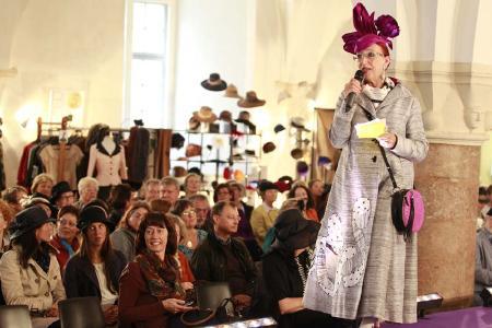 Ute Patel-Missfeldt moderiert die Hutmodenschau