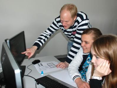 : Eigener Internetauftritt leicht gemacht: Der Medieninformatik-Student Marcel Schlake führt die Schülerinnen Anneke (Mitte) und Helena in die Grundlagen des Programmierens ein
