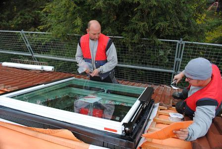 """Ob """"normales"""" Dachfenster oder funkgesteuertes Hightech-Fenster: Die Kosten für den Einbau durch den Dachdecker-Fachbetrieb sind wesentlich geringer als die Kosten zur Sanierung von Bauschäden durch unqualifiziertes Do-it-Yourself."""