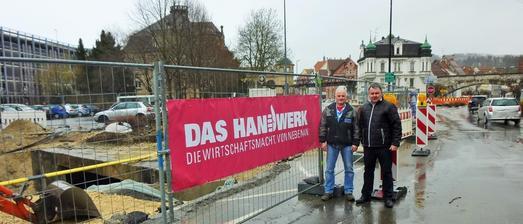 Ernst Berger und Kreishandwerkerschafts-Geschäftsführer Jürgen Gress vor dem Transparent in Albstdt-Ebingen