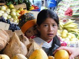 Kinder auf dem Markt von Ibarra, Ecuador