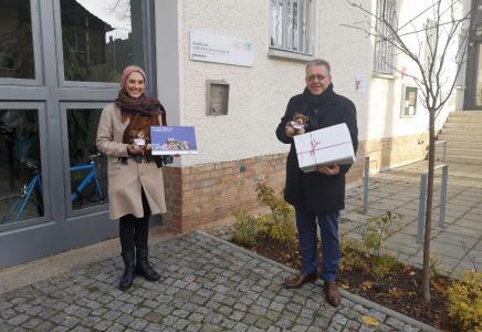 Svenja Rekow (UNIONHILFSWERK) und Michael Halberstadt (Geschäftsführer Personal der FBB) vor der Einrichtung für Wohnungslose in der Dahmestraße in Berlin-Bohnsdorf Foto: Gina Schmelter